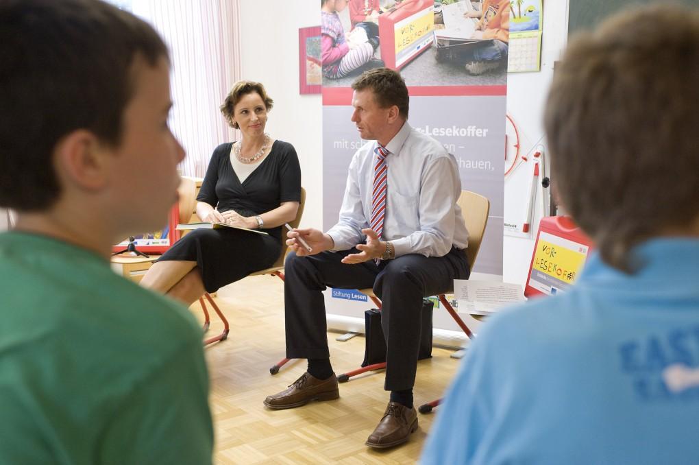 Aktion Lesekoffer mit Christine Haderthauer im Waisenhaus